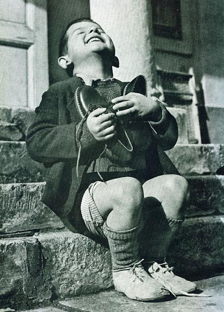 Австрийский мальчик получает новые туфли во время второй мировой войны