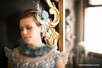 Tocado decorado con rosa azul hecha a mano, plumas de avestruz y perlitas sujeta con peinecilla