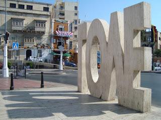 Escultura LOVE en Spinola Bay Malta