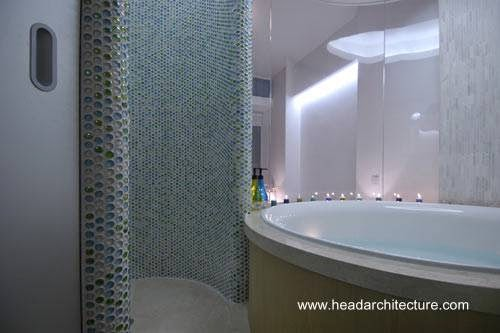 Ducha e hidromasaje en baño lujoso y sofisticado