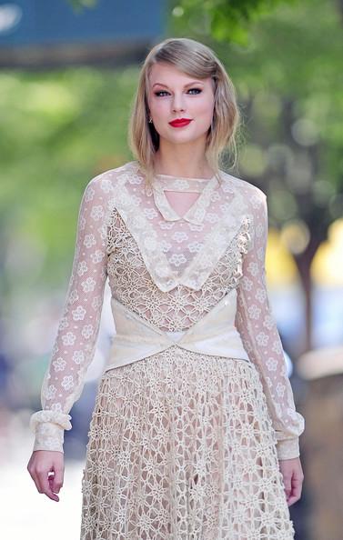 Celebrity Fashion And Beauty Taylor Swift Amazing Beauty In Rodarte White Lace Dress