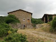 La façana de llevant i la pallissa del mas Viladomat