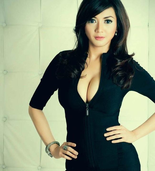 Foto HOT Wiwid Gunawan Terbaru Super Duper SEKSI Gan!