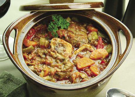 Zeer lekker osso bucco recept of een Italiaans stoofpotje van kalfsschenkel, witte wijn, tomaten uit blik en aangestoofde groenten, al dan niet met aardappelen in dezelfde pot gegaard