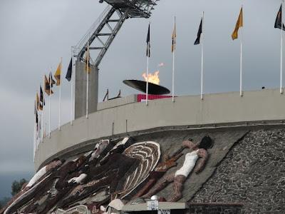 Pebetero olímpico encendido en el Estadio Olímpico de Ciudad Universitaria.