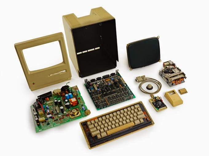 Macintosh 128K на столе разобран полностью