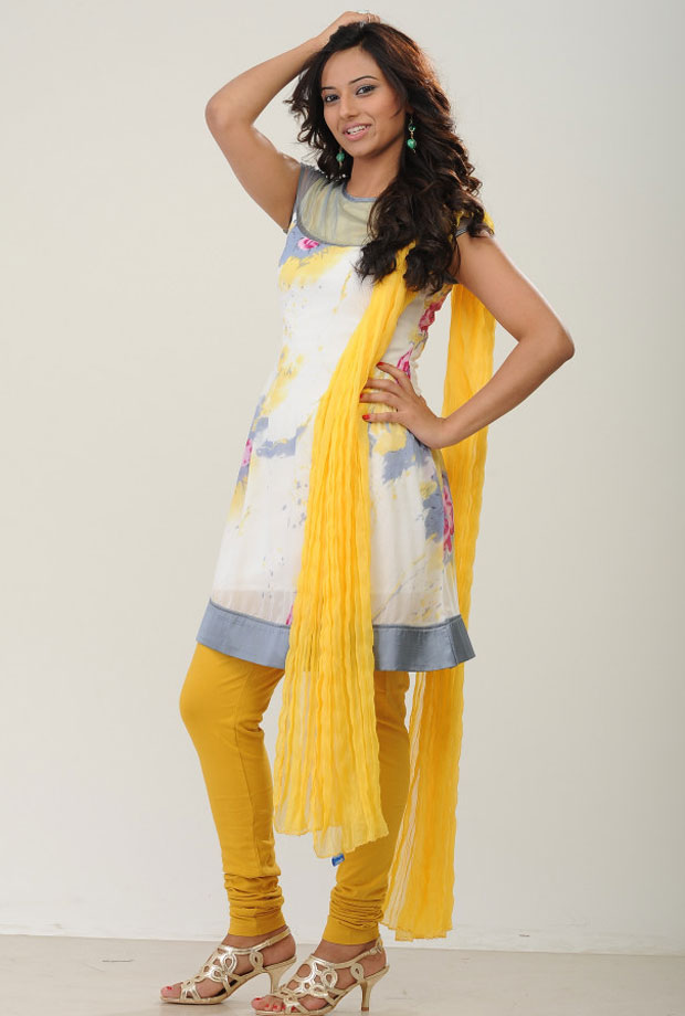 Isha Chawla Looks Very Beautiful Modeling For Salwar