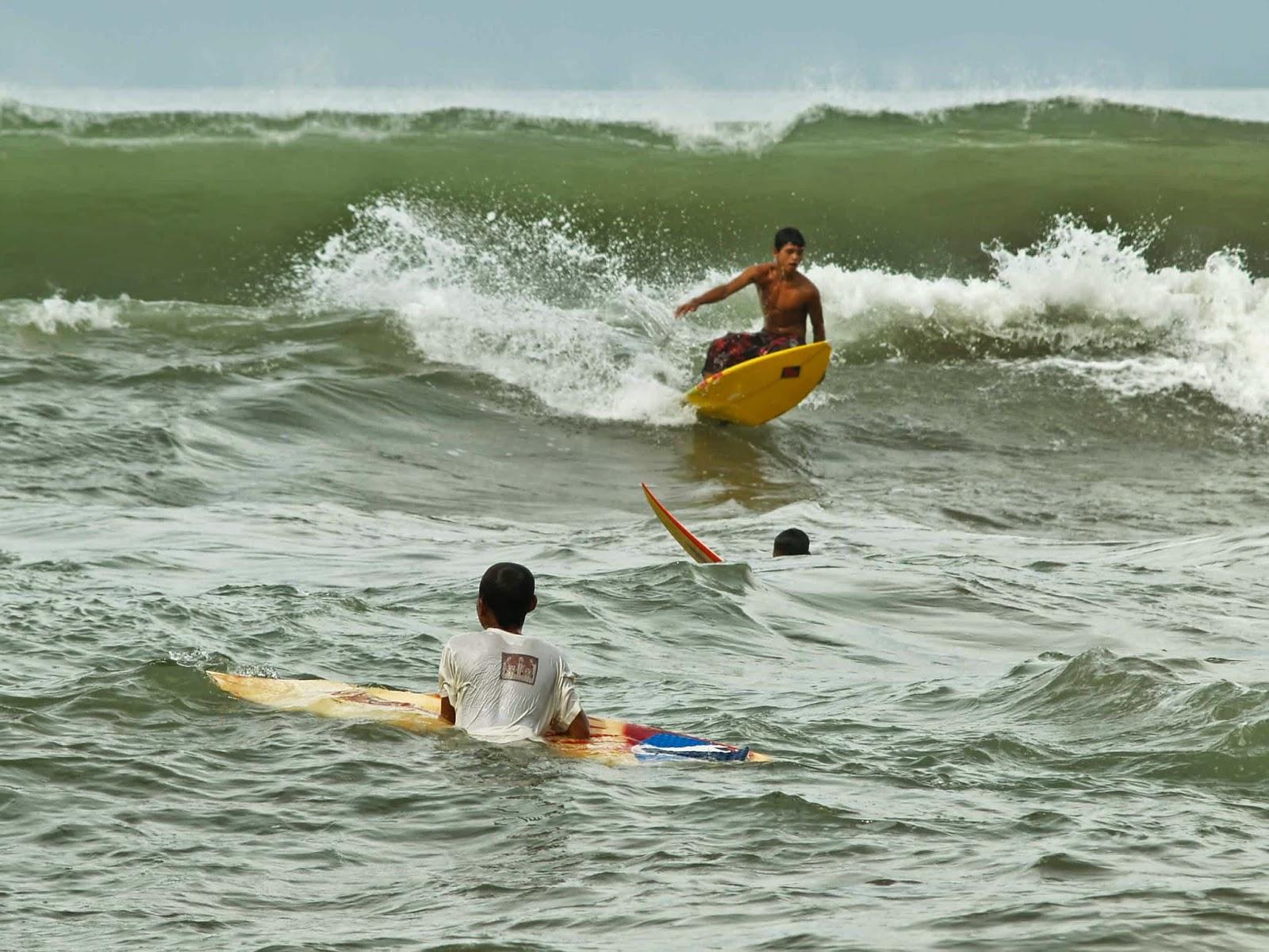 Paket Surfing Murah di Pantai Cimaja