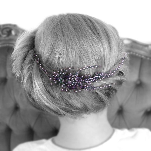 Romantyczna fryzura ślubna ozdobiona stroikiem Airy - gałązką wrzosu