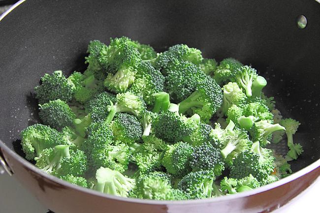 Стир-фрай с броколли, чесноком и имбирем