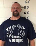 Motorista bêbado é preso após acidente e chama atenção por frase 'ousada' em camiseta