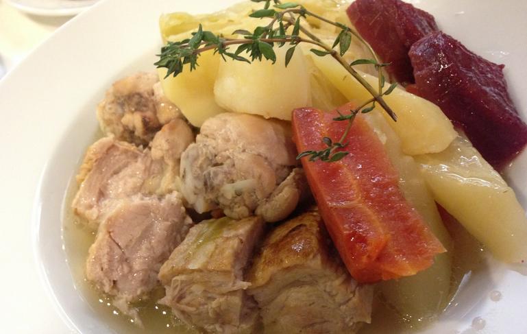 市川・船橋に出張シェフ:豚バラ肉と骨付き若鶏、彩り根菜のポトフ