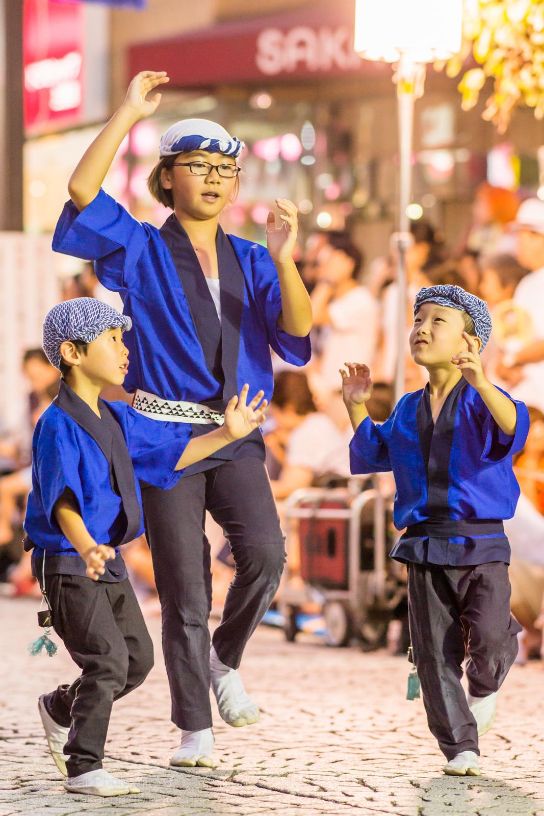三鷹阿波踊り、新粋連の子供踊りをまとめるお姉ちゃん