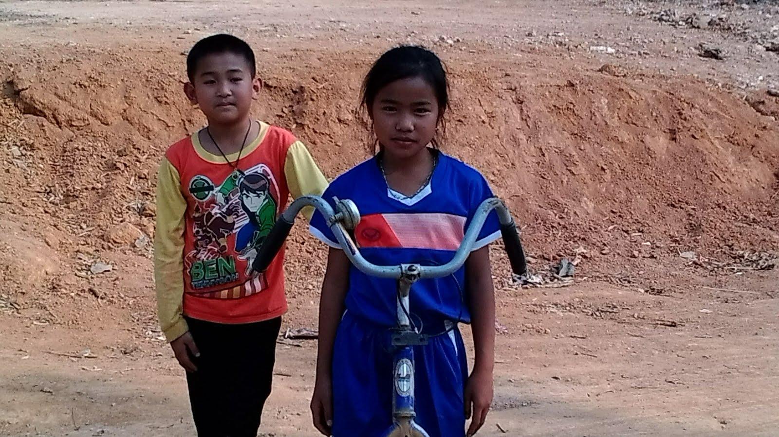 enfants de Muang Khua