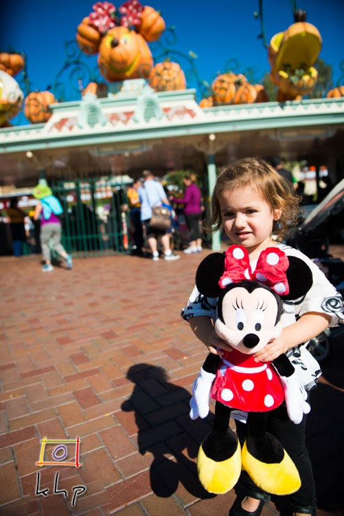 Vivienne posed with her new friend Minnie Mouse in front of the Disneyland entrance.