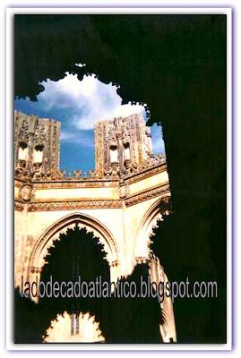 Imagem de um trecho sombreado das Capelas Imperfeitas do Mosteiro de Santa Maria da Vitória, na cidade de Batalha, Portugal.