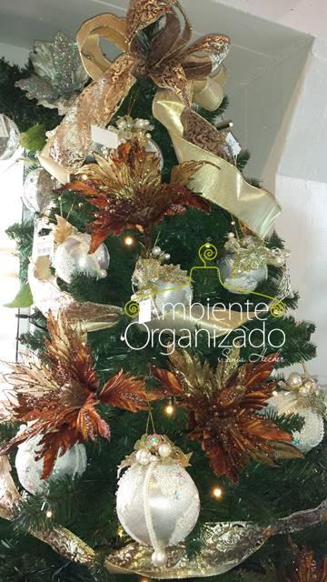 Árvore de Natal, flores bronze e bolas brancas
