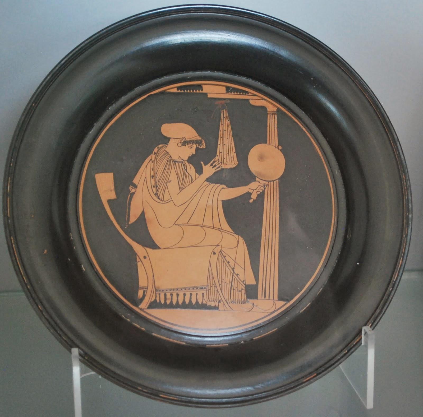 Plato ático con escena femenina. Cuma, 490-480 a. C. Cerámica figurada. Museo Archeologico Nazionale di Napoli