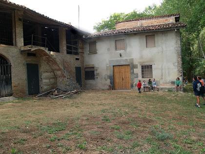 La banda de ponent de la Fàbrica de Targarona, amb l'habitatge principal i diferents porxos