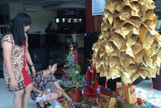 pembuatan pohon natal yang berbahan dasar 1.015 koran tingginya 3 setengah meter pohon natal koran ini menjadi hiasan di salah satu hotel di kota Semarang