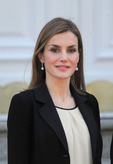 Queen Letizia of Spain waits to receive the President of Colombia Juan Manuel Santos