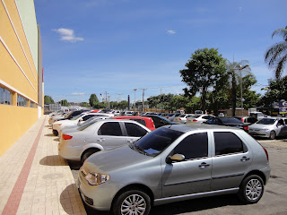 Parte do estacionamento térreo do Cariri Shopping.