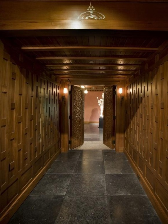 Photo of wooden walls and the ceiling in the hallway