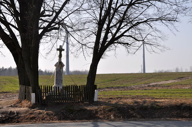 """Miedzierza, pole """"na Jaźwinach"""" - w miejscu starego drewnianego krzyża stanęła kapliczka. Fot. KW, marzec 2012."""
