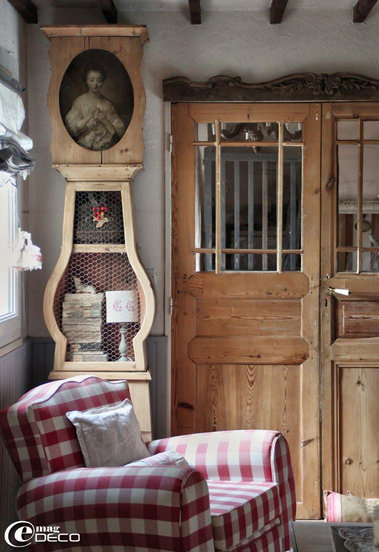 Comtoise en bois naturel restaurée et détourné en rangement
