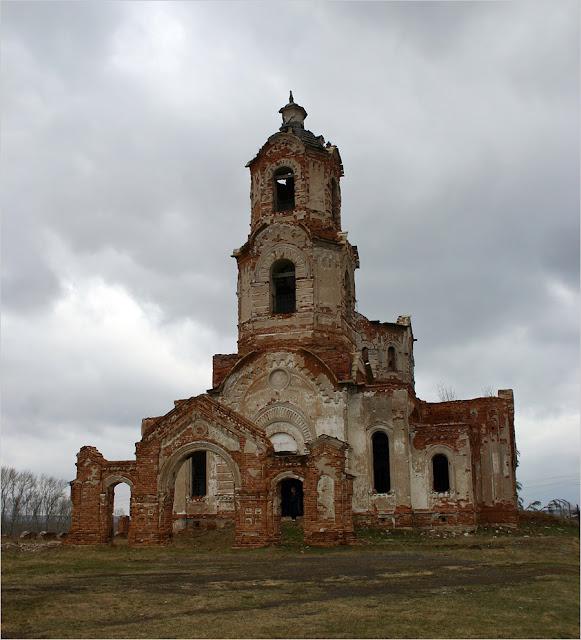 Заброшенная церковь на окраине села Булзи.