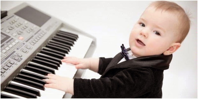 Foto bayi laki-laki keren main piano