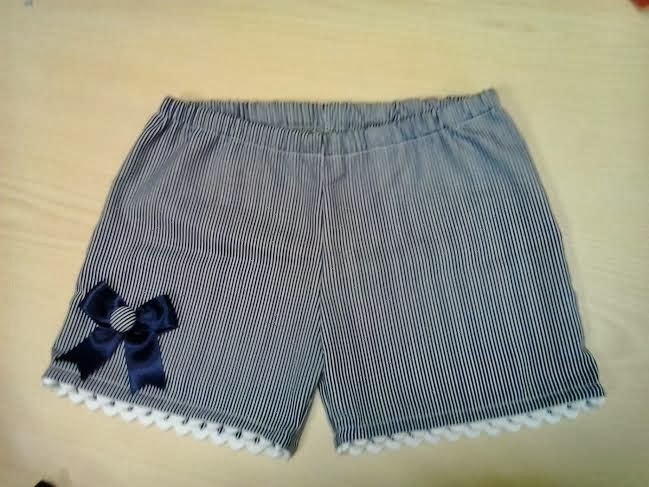 pantalon corto de rayas azul marino y blanco, de niña