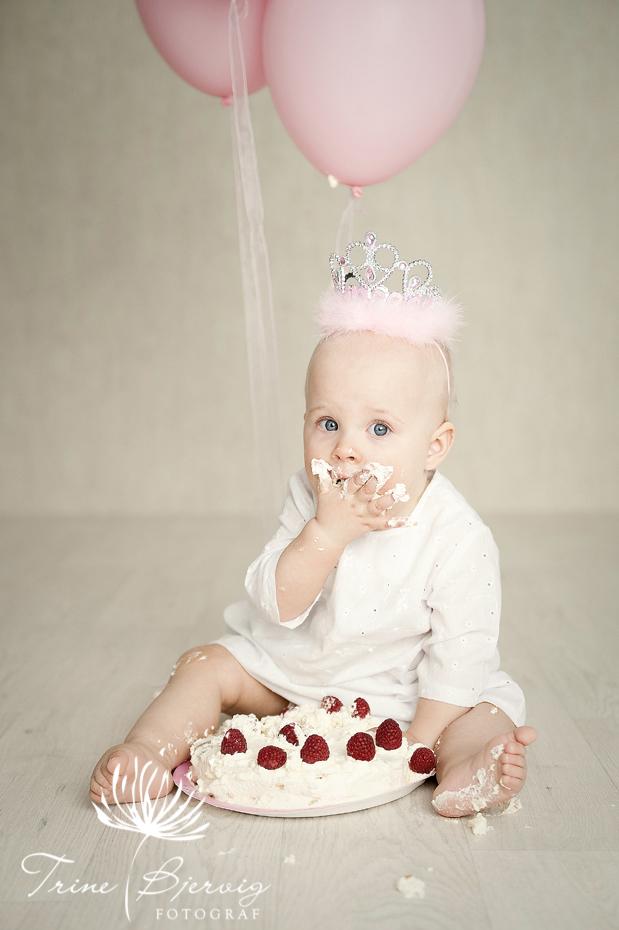 Bursdagsjente 1 år - 1 års bilder - kakespising - Fotograf Trine Bjervig