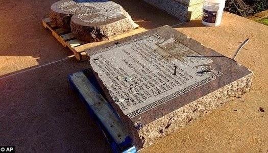 Monumento de los diez mandamientos destruido