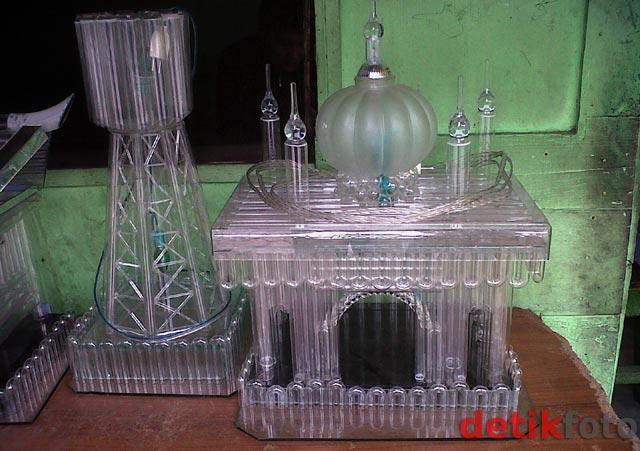 Miniatur Masjid dari Pecahan Kaca dan Bola Lampu   Bumiku