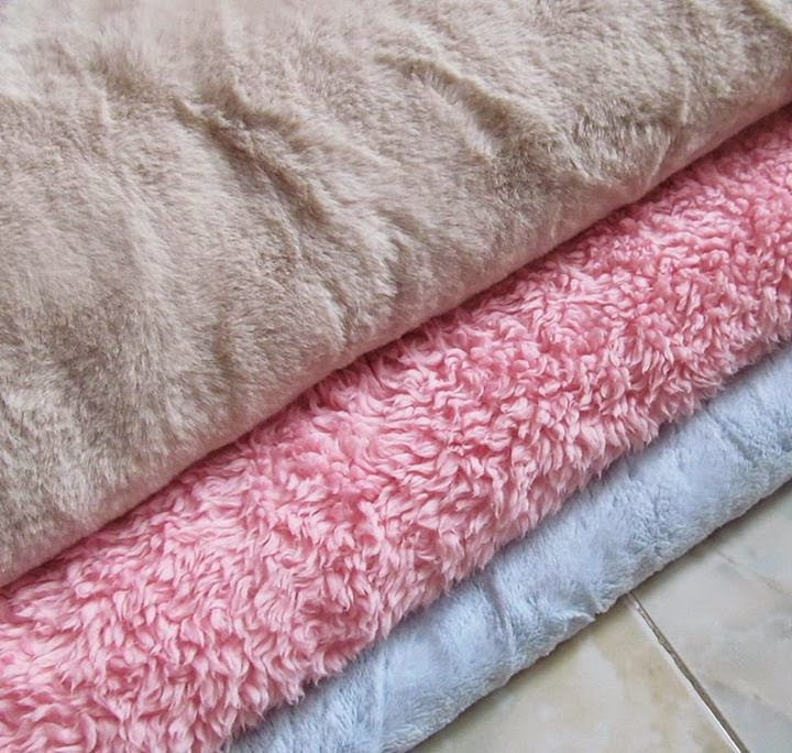 IUIU SHOP Nguyên liệu handmade chuyên cung cấp vải lông thú giá rẻ là đồ thủ công handmade, may vá. Vải lông thú mềm phù hợp may gối handmade dễ dàng, làm thú bông, gấu bông với bề mặt lông mềm mại, không cứng, không ráp, đầy đủ các màu cơ bản để bạn lựa chọn nhé. Vải lông chất lượng tốt, giá rẻ nhất Hà Nội luôn :D Hàng ngày mình sẽ cập nhật những màu đang còn tại shop lên web và trên facebook nhé, các bạn vào để lựa chọn màu mình thích nhé.  - Giá vải lông: 90K/ 1m* khổ vải   IUIU SHOP Nguyên liệu handmade  Bán hàng online và giao hàng MIỄN PHÍ trong nội thành Hà Nội. Để mua hàng, gọi ngay cho tớ nhé: 0982.893.532 ^_^ Hoặc Để lại Comment trên Web hoặc fanpage facebook, IUIU sẽ trả lời nhanh nhất :)  - Giới thiệu về IUIU SHOP - Cách mua hàng tại IUIU SHOP  Vải lông thú, lông xù là loại vải có một mặt lông xù, một mặt nhẵn. Có nhiều loại vải khác nhau nhưa: vải lông ngắn, dài, lông xù. Vải lông rất phù hợp để may các sản phẩm handmade như: gấu bông, móc hình thú, thảm lông hoặc gối lông,...    Chụp tai handmade xinh xắn từ vải lông cho mùa đông bớt lạnh   Chú ngựa vằn vừa mềm vừa đứng rất vững nữa đấy nhé