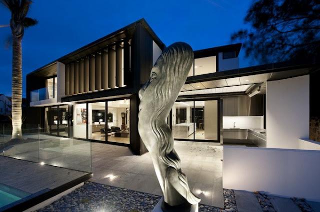 Стильный дом со статуей