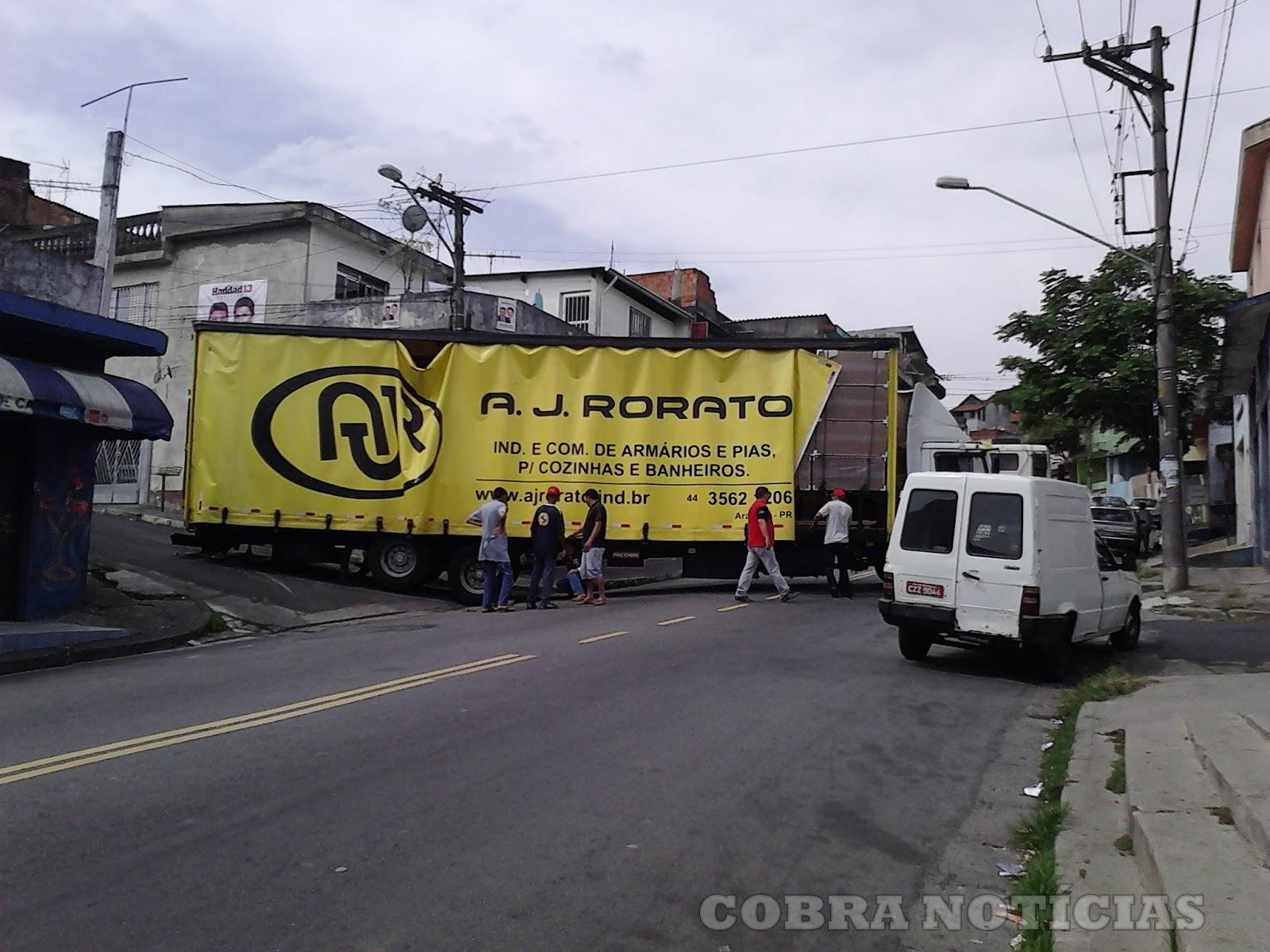 COBRA NOTÍCIAS: Matéria sobre um Caminhão que atravancou a Rua Rio  #90863B 1600x1200 Armario Banheiro Rorato