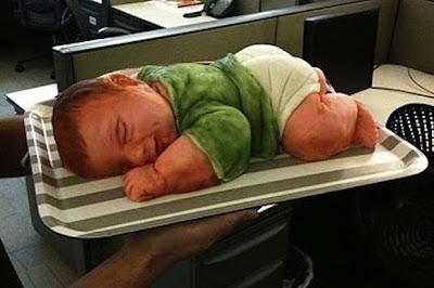Kek pelik kelihatan seakan bayi