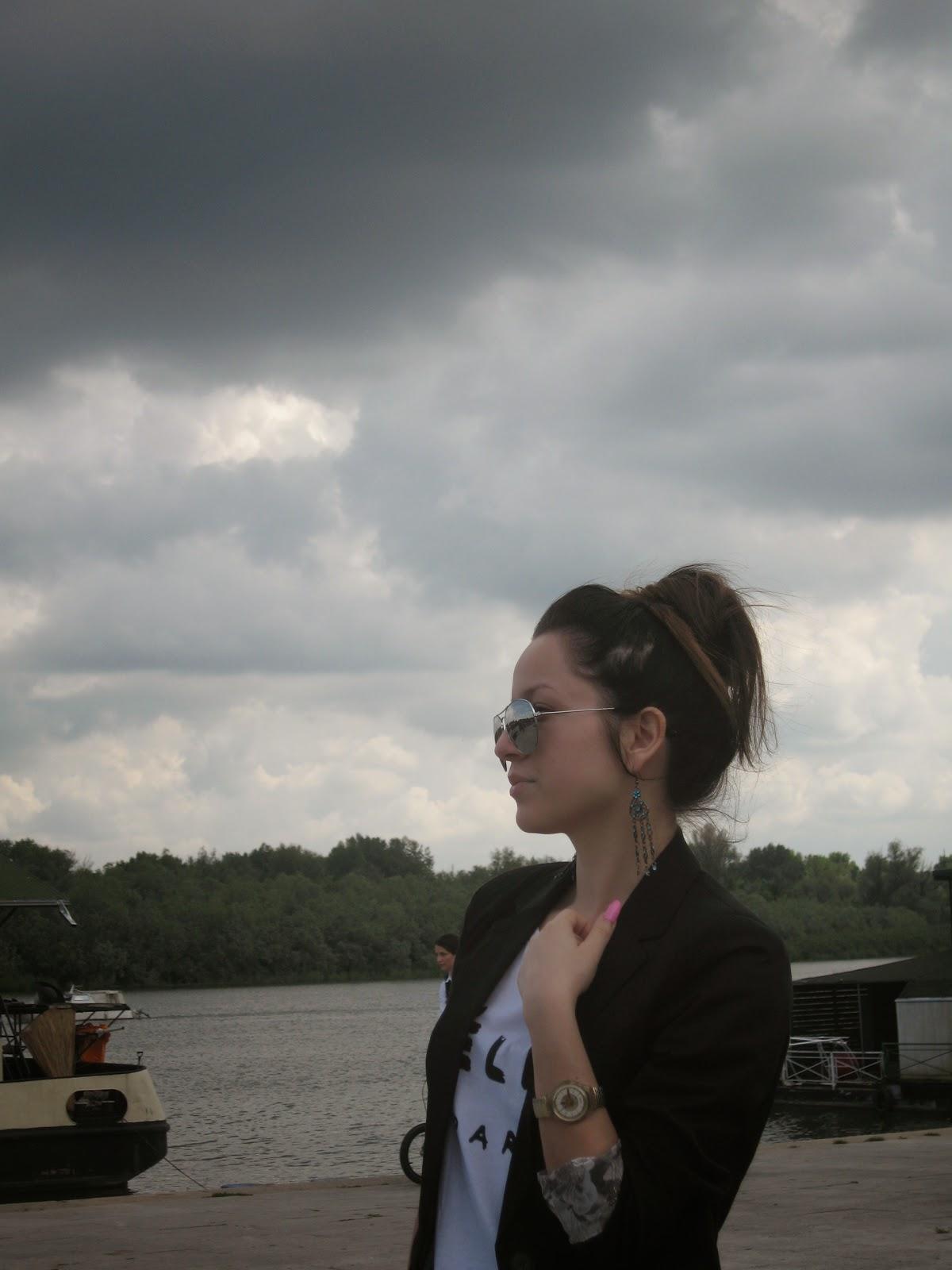 black H&M blazer, bershka jeans, celine t-shirt, swatch watch, black pointy flats, casual look, go-to look, messy bun, aviator sunglasses