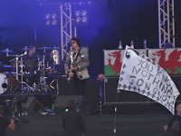 Nicky Wire and GOT banner at Latitude 2015