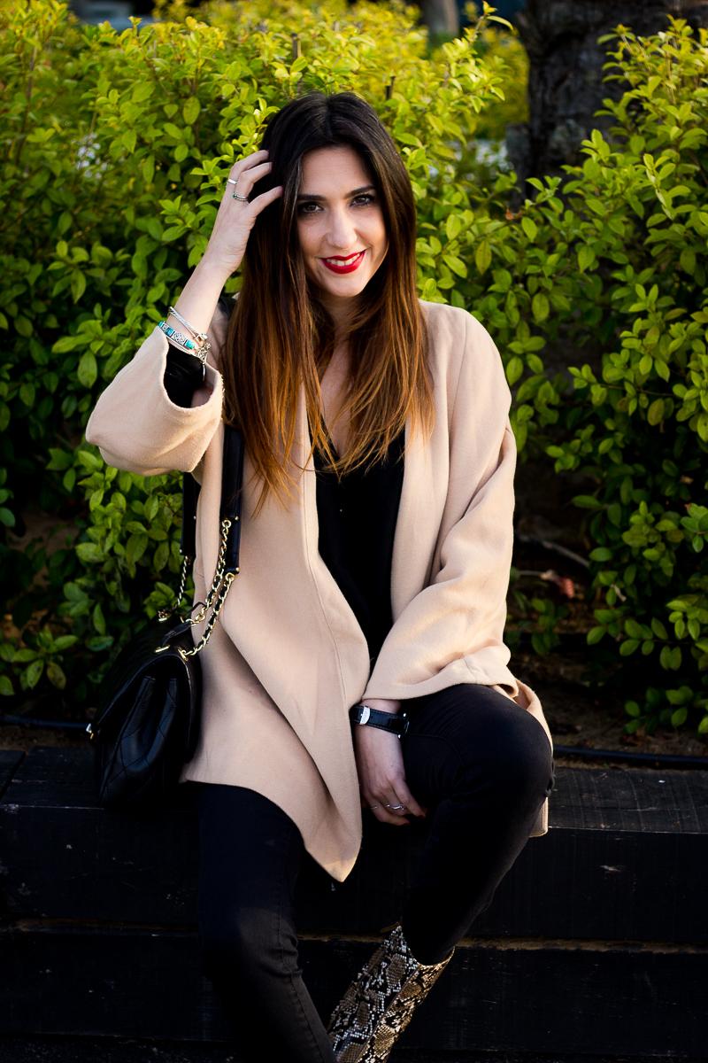 abrigo beige con negro
