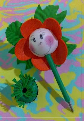canetas bic decoradas em e.v.a utilizando o frisador.flor pequena com rostinho grande