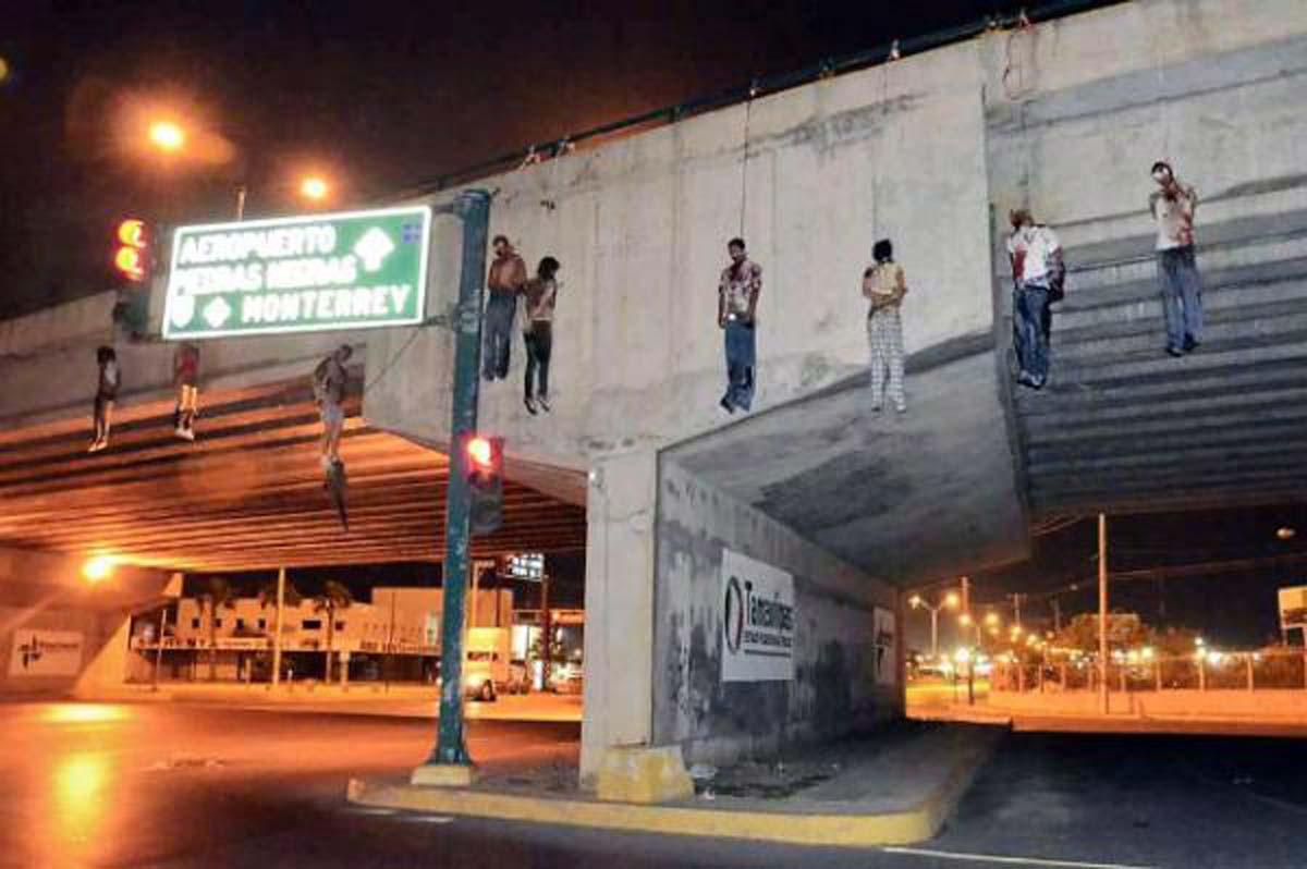 FOTO: 9 COLGADOS DE UN PUENTE POR 14 DECAPITADOS EN VENGANZA NUEVO