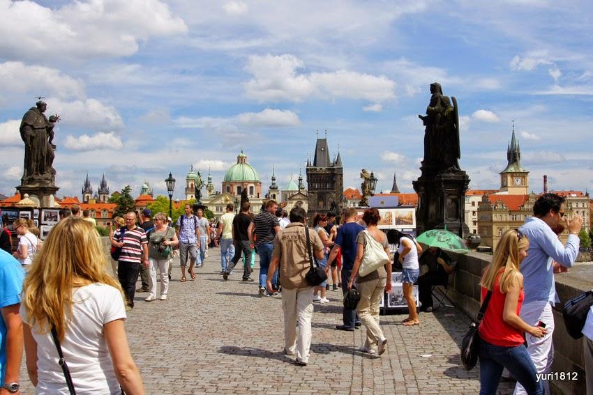 Невозможно приехать в Прагу и не прогуляться по Карлову мосту, здесь всегда многолюдно.