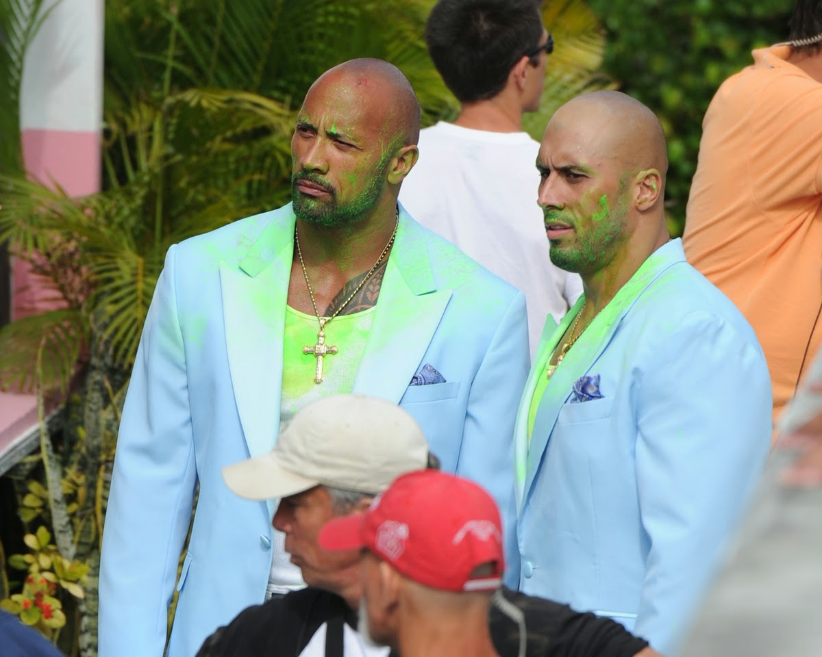 dwayne johnson con su doble de accion