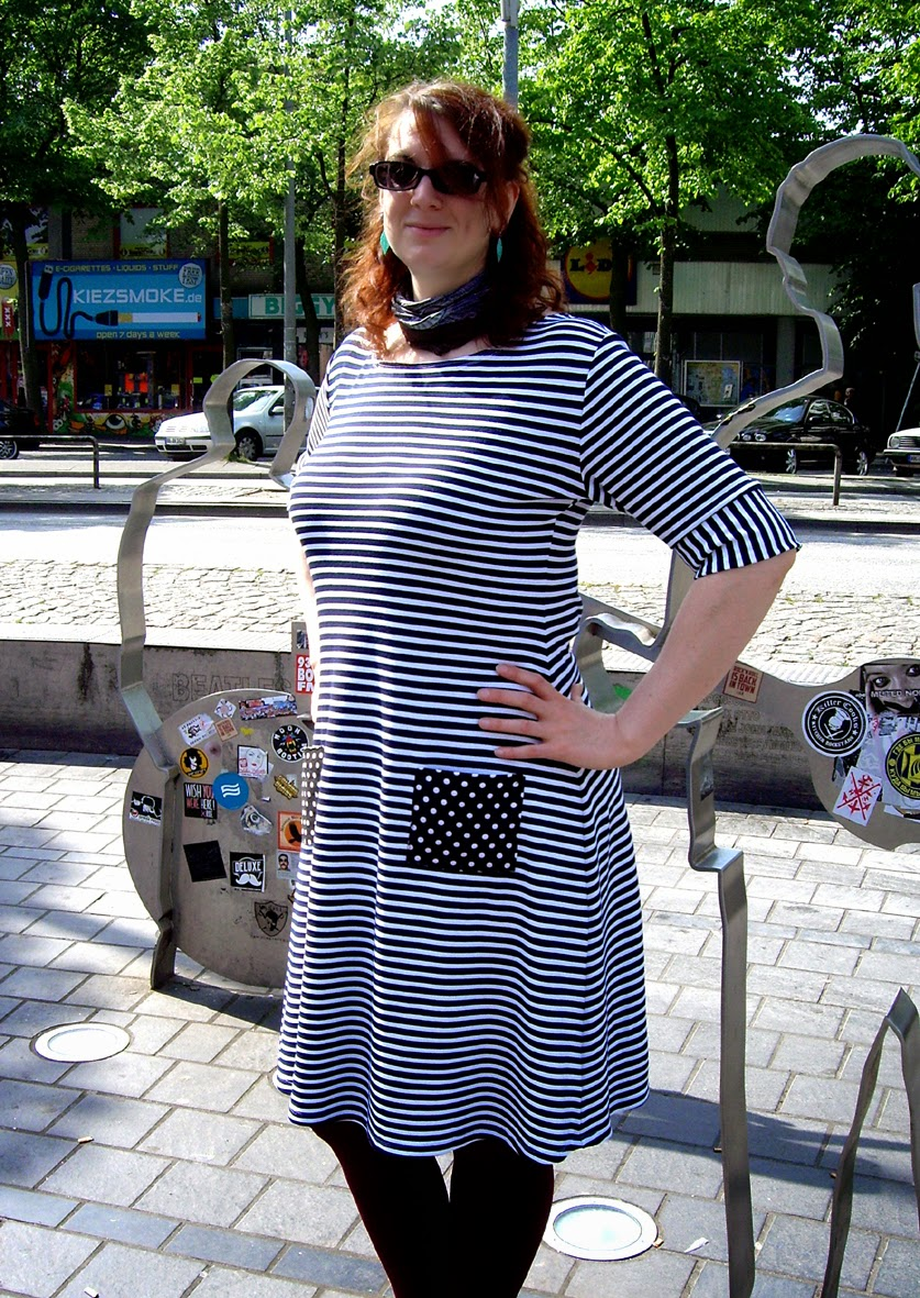 http://morvenshandmades.blogspot.de/2014/05/striped-coco-dress-with-polkadot-pockets.html
