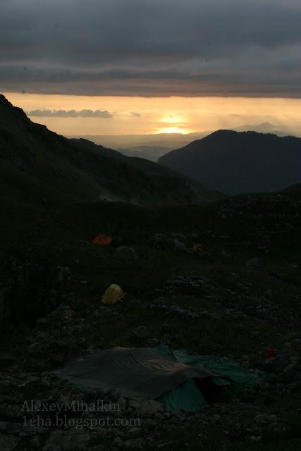 Закат в горах с видом на море