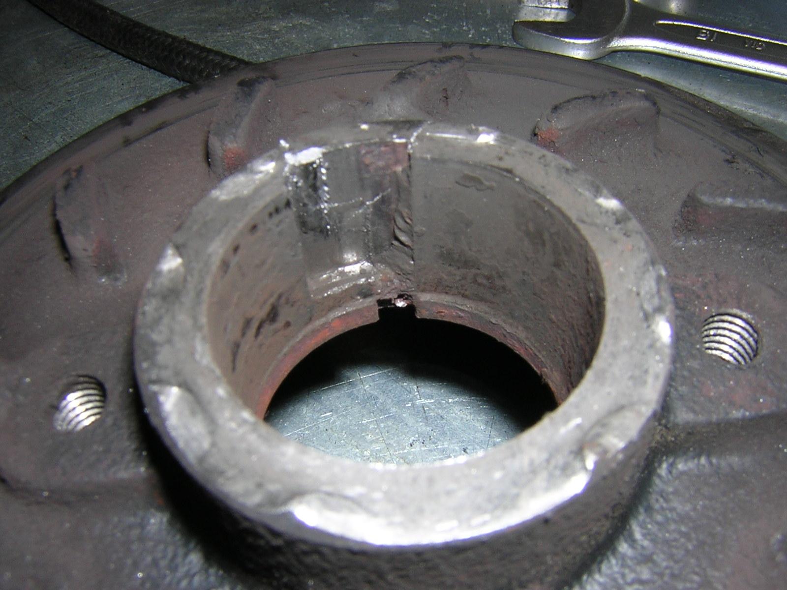 D4BH разбитая шпоночная канавка на шкиве коленвала.