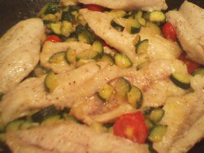 filetti di pesce con zucchine e pomodorini